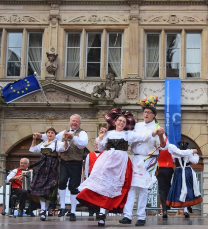Folk dancers in Place Gutenberg